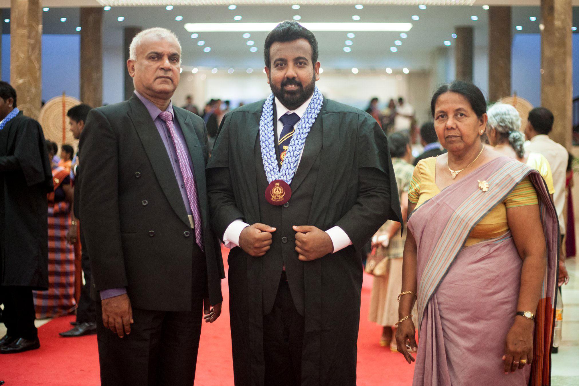 スリランカにて両親とマリト氏(中央)